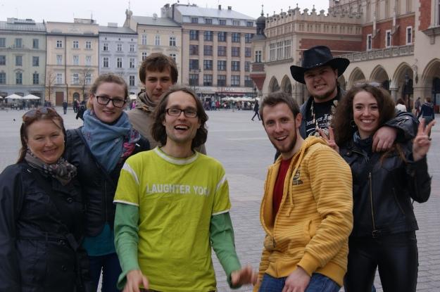 Piotr Bielski i Andrzej Wiekiera wraz z uczestnikami akcji śmiechu na krakowskim Rynku.