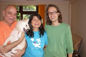 Autror z doktorem Madanem Katarią i jego żoną Madhuri oraz  Daisy w ich mieszkaniu w Bangalore.