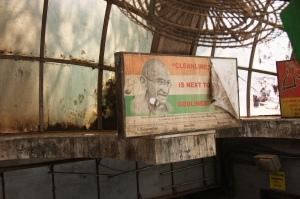 """cytat z Gandhiego na stacji kolejowej w Bombaju, """"Czystość prowadzi do boskości"""", fot. PB"""