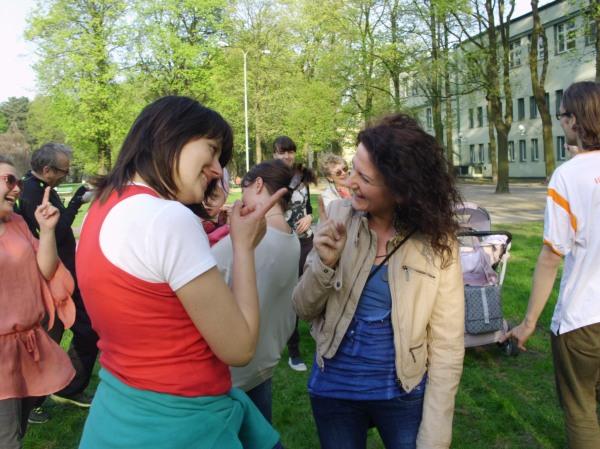 Kłótnia śmiechu w wykonaniu Agnieszki i Kasi, kontrolowana i zakończona pogodzeniem, w Łodzi