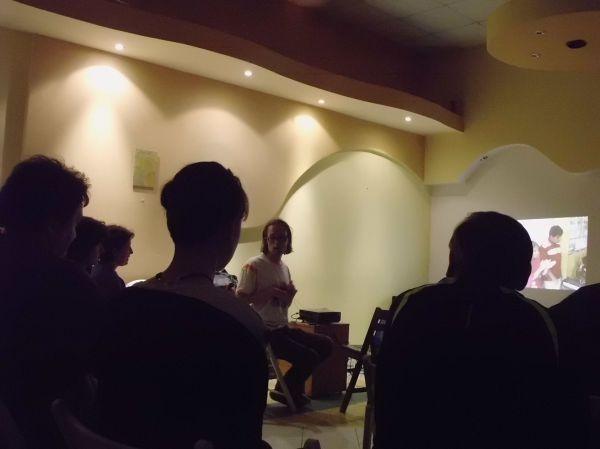 Pokaz zdjęć z Indii dla wytrwałych uczestniczek i uczestników akcji śmiechu w Łodzi