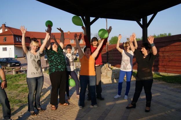 Dzielna Śmiecho - grupa ze wsi Dobry - jedna z Pań robiła notatki z moich zajęć na balonie :)