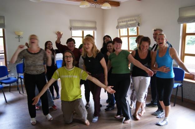 Jogin śmiechu wraz z uczestniczkami i uczestnikami zajęć jogi miechu w Hotelu Fero lux w Korbielowie.