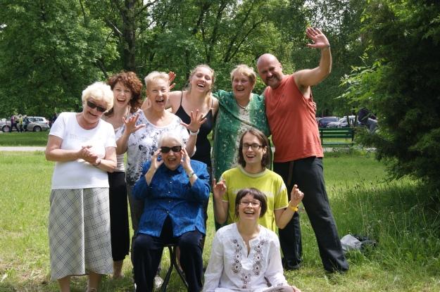 joga śmiechu w Łodzi razem z babcią Irka (po lewej ode mnie)